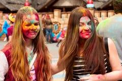 Kharkiv, Ucrânia - 24 de abril de 2016 Grupo de meninas felizes no festival do holi Fotos de Stock