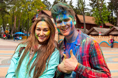 Kharkiv, Ucrânia - 24 de abril de 2016 Retrato de pares felizes no amor no festival do holi Fotos de Stock