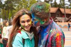 Kharkiv, Ucrânia - 24 de abril de 2016 Retrato de pares felizes no amor no festival do holi Fotografia de Stock Royalty Free