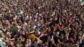 Kharkiv, Ucrânia - 30 de abril de 2017: multidão multi-étnico que aprecia a antena do festival de Holi video estoque