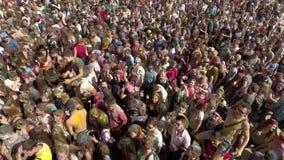 Kharkiv, Ucrânia - 30 de abril de 2017: multidão de povos coloridos na antena do fest de Holi filme