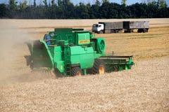 KHARKIV, UCRÂNIA - 12 DE JULHO DE 2011: Colhendo o campo de trigo em Kharkiv Oblast na Ucrânia Fotos de Stock Royalty Free