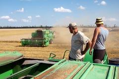 KHARKIV, UCRÂNIA - 12 DE JULHO DE 2011: Colhendo o campo de trigo em Kharkiv Oblast na Ucrânia Imagem de Stock Royalty Free