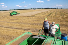 KHARKIV, UCRÂNIA - 12 DE JULHO DE 2011: Colhendo o campo de trigo em Kharkiv Oblast na Ucrânia Foto de Stock