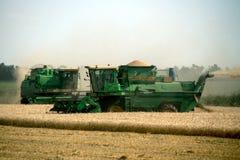 KHARKIV, UCRÂNIA - 12 DE JULHO DE 2011: Colhendo o campo de trigo em Kharkiv Oblast na Ucrânia Fotos de Stock