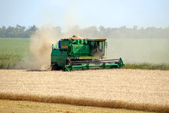KHARKIV, UCRÂNIA - 12 DE JULHO DE 2011: Colhendo o campo de trigo em Kharkiv Oblast na Ucrânia Imagens de Stock