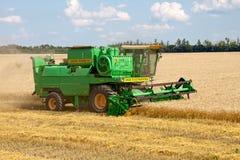 KHARKIV, UCRÂNIA - 12 DE JULHO DE 2011: Colhendo o campo de trigo em Kharkiv Oblast na Ucrânia Imagem de Stock