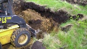 Kharkiv, Ucrânia - 6 de maio de 2019: terra que remove pela máquina escavadora video estoque