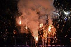 Kharkiv, UCRÂNIA - 15 de novembro de 2016: Fogos-de-artifício a do chicote de fios de Ultras Fotos de Stock
