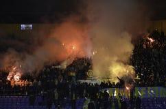 Kharkiv, UCRÂNIA - 15 de novembro de 2016: Fogos-de-artifício a do chicote de fios de Ultras Imagens de Stock