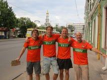 KHARKIV UKRAINA, CZERWIEC, - 2012: Holenderscy futbolowi supporers ubierali w krajowej colour pomarańcze Fan wspierają obywatela Obrazy Royalty Free