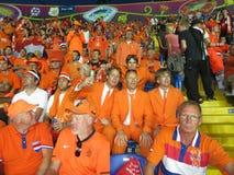 KHARKIV UKRAINA, CZERWIEC, - 2012: Holenderscy futbolowi supporers ubierali w krajowej colour pomarańcze Fan wspierają obywatela Zdjęcie Royalty Free