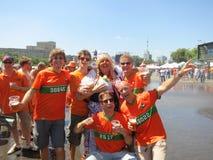 KHARKIV UKRAINA, CZERWIEC, - 2012: Holenderscy futbolowi supporers ubierali w krajowej colour pomarańcze Fan wspierają obywatela Obrazy Stock