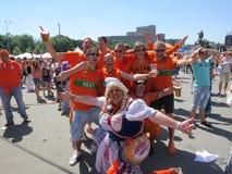 KHARKIV UKRAINA, CZERWIEC, - 2012: Holenderscy futbolowi supporers ubierali w krajowej colour pomarańcze Fan wspierają obywatela Fotografia Royalty Free