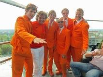 KHARKIV UKRAINA, CZERWIEC, - 2012: Holenderscy futbolowi supporers ubierali w krajowej colour pomarańcze Fan wspierają obywatela Zdjęcie Stock