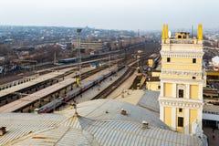 Kharkiv Ukraina - Februari, 2014 - bästa sikt på stationsfyrkanten från den södra stationsstationen i Kharkov, Ukraina Arkivbilder
