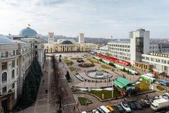 Kharkiv, Ukraina - Februari, 2014 - bästa sikt på stationsfyrkanten och södra stationsKharkov-passagerare station i Kharkov, Ukra Royaltyfria Bilder