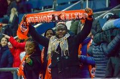 KHARKIV UKRAINA - FEBRUARI 23: Svarta fans för FC Shakhtars under Uen Royaltyfria Foton