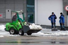Kharkiv Ukraina, Grudzień, - 12, 2018: pracownicy i specjalny wyposażenie usuwają śnieg obrazy stock