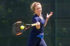 KHARKIV UKRAINA - JUNI 07: Den ukrainska tennisspelaren Elina Svitolina gav öppen utbildningsperiod i Kharkiv på Juni 7, 2016 arkivbilder