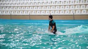Kharkiv Ukraina, Nov, - 19, 2017: instruktora jeździecki delfin w basenie przy aqua przedstawieniem zbiory