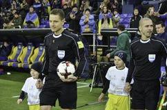 Kharkiv UKRAINA - November 15, 2016: Domare med en fotbollbal Arkivfoton