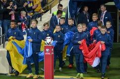 KHARKIV UKRAINA - September 02, 2017: Pojkar tar ut flaggor på th Arkivfoton