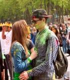 Kharkiv, Ukraine - 24 avril 2016 Portrait des couples heureux dans l'amour sur le festival de holi Photos stock