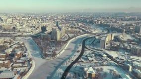 Kharkiv, Ukraine - 13 décembre 2016 : Antenne de parc de Strelka couverte de neige, traversée de la rivière, hiver banque de vidéos
