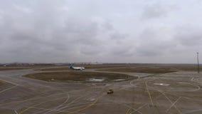 Kharkiv, Ukraine - 21 décembre 2017 : avion de passagers Boeing sur la piste à l'aéroport banque de vidéos