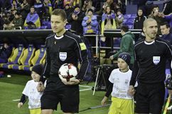 Kharkiv, UKRAINE - 15 novembre 2016 : Arbitre avec BAL du football photos stock