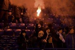 Kharkiv, UKRAINE - 15 novembre 2016 : Feux d'artifice a de harnais d'Ultras Photos stock