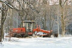KHARKOV, DE OEKRAÏNE 21 DECEMBER 2017: De oranje bulldozer maakt schoon Stock Foto's