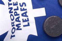 KHARKOV DE OEKRAÏNE 22 JANUARI: Toronto Maple Leafs Jersey en oude hockeypuck Stock Afbeelding