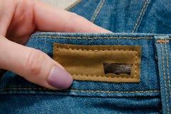 KHARKOV, DE OEKRAÏNE - 02 MAART 2018: Schuimetiket Levis op jeans binnen royalty-vrije stock afbeeldingen