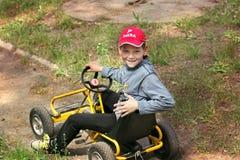 Kharkov, de Oekra?ne - Mei 9, 2018: Een kleine jongen zit in een auto voor kinderen recreatie Sport stock foto's