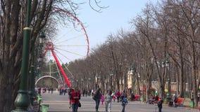 KHARKOV, KWIECIEŃ - 21: Gorky Parkuje miasto, ludzie chodzi w alei z ferris kołem na Kwietniu 21, 2015 w Kharkov, Ukraina zbiory wideo