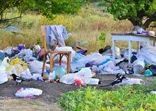 Kharkov, Ucrânia - 7 de setembro de 2018: Descarga de lixo no campo, na tabela velha e na cadeira imagens de stock royalty free