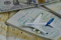 KHARKOV, UCRAINA 13 APRILE 2018: Aeroplano e passaporto con un vi fotografia stock libera da diritti