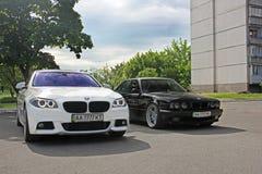 Kharkov, Ucraina Settembre 2017; BMW combinato Due BMW M5 - in bianco e nero BMW M5 F10 e M5 E34 nella città immagine stock libera da diritti