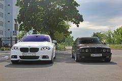 Kharkov, Ucraina Settembre 2017; BMW combinato Due BMW M5 - in bianco e nero BMW M5 F10 e M5 E34 nella città fotografia stock libera da diritti