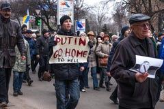 KHARKOV, UCRANIA - 2 de marzo de 2014: Demostración de anti-Putin en KH imagen de archivo