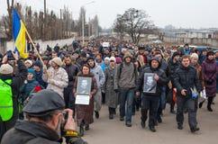 KHARKOV, UCRANIA - 2 de marzo de 2014: Demostración de anti-Putin en KH foto de archivo libre de regalías