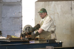 KHARKOV UKRAINA - 8 JUNI 2017: Metalworking shoppar arbetare arbetar bak maskiner och apparaturar för att skapa stålstrukturer kh Royaltyfri Fotografi