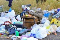 Kharkov Ukraina, Wrzesień, - 7, 2018: Śmieciarski usyp w polu, starym stole i krześle, zdjęcia stock
