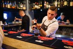 KHARKOV, UKRAINE - 26. APRIL 2019: Barmixer bereitet ein Cocktail an der Bar vor stockfotografie