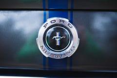 Kharkov, Ukraine - 17. April 2017 Blaue Retro- Muskelauto Ford Mustag-Brennstoffkappe Lizenzfreies Stockbild