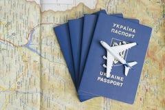 KHARKOV, UKRAINE 13 AVRIL 2018 : Avion sur les passeports clos photos stock