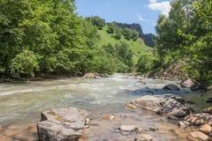Khasaut-Fluss im Tal Narzanov Die Republik von Kabardino-Balkarien, Russland Stockfoto