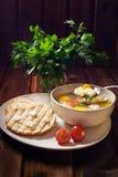 Khash de la sopa en la placa, el pan, y un manojo de perejil Alimento natural imagen de archivo libre de regalías